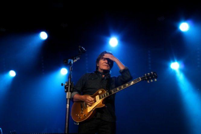 Nach der Schlussnummer ›Fortunate Son‹ kamen Fogerty und Band für eine Megahit-Zugabe aus ›Rockin' All Over the World‹, ›Bad Moon Rising‹ und ›Proud Mary‹ auf die Bühne zurück.