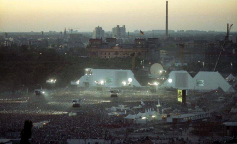 Bundesarchiv_Bild_183-1990-0722-402,_Berlin,_Aufführung_der_Rockoper_-The_Wall-