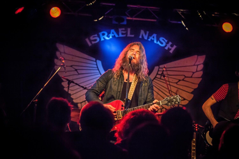Danach startete Israel Nash ein zweistündiges Set vor ausverkauftem Haus